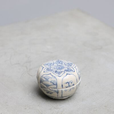 Antique Chinese cosmetic box in porcelain and blue pattern